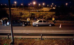 Illustration d'un contrôle routier en pleaine nuit à la sortie d'une autoroute.