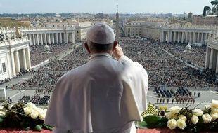 Une photo fournie par le service de presse du Vatican montre le papre François devant la foule au Saint Siège, le 27 mars 2016
