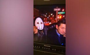 VIDEO. Un journaliste, attaqué en direct, tente de retrouver son agresseur via Twitter - Le Rewind (vidéo)