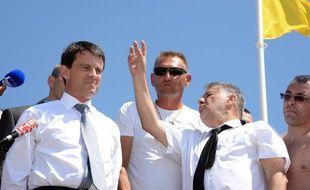 Manuel Valls visitait un poste de secours CRS sur une plage de Mimizan jeudi 1er août 2013.