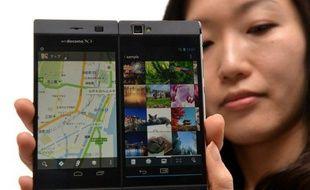 Le premier opérateur de télécommunications mobiles japonais mettra en vente jeudi au Japon un smartphone pliable à deux écrans, dont l'un peut s'utiliser comme clavier, l'autre comme afficheur ou bien les deux se combiner pour présenter une seule même image en grand format.