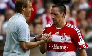L'entraîneur du Bayern Munich (à gauche) salue la performance de Franck Ribéry lors du match face à l'Eintracht Francfort, le 11 avril 2009.