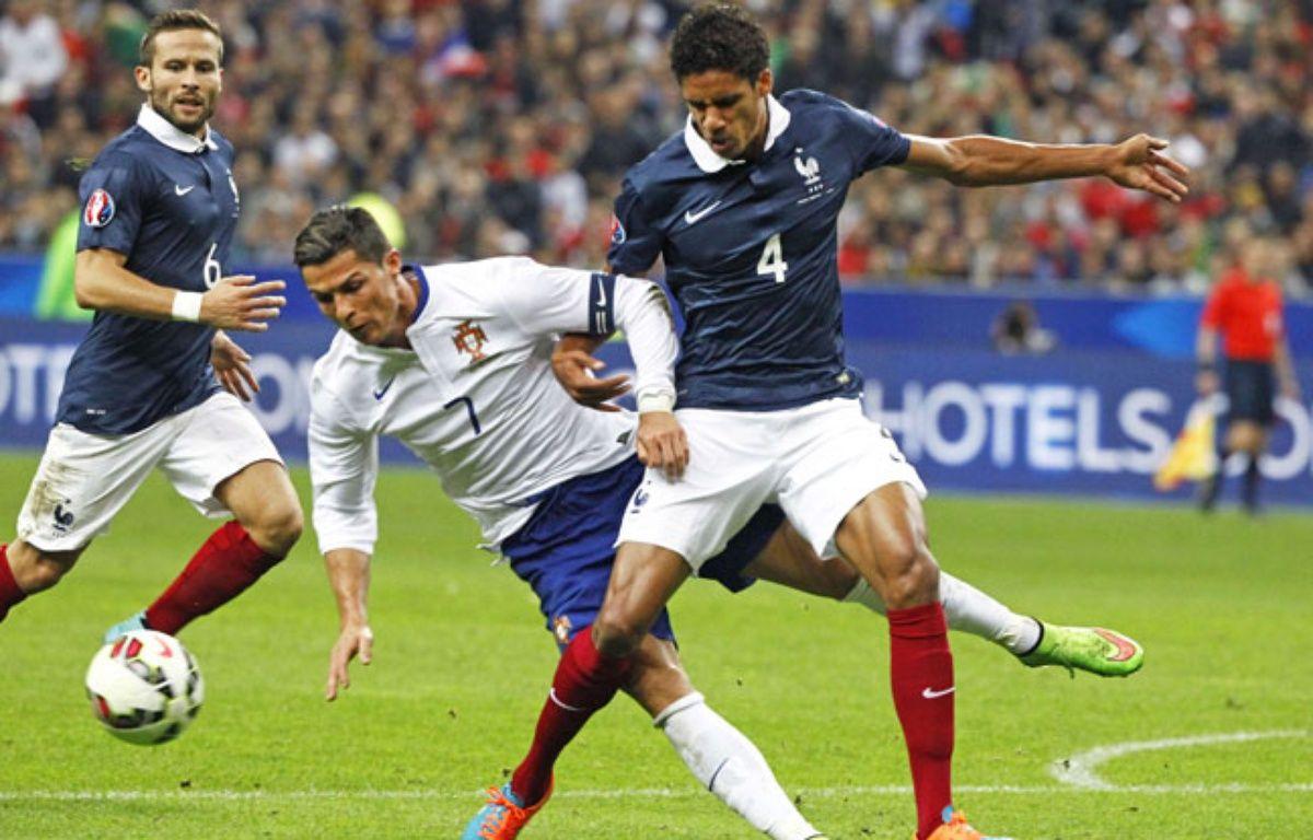 Raphaël Varane au duel avec Cristiano Ronaldo, le 11 octobre 2014 –  Remy de la Mauviniere/AP/SIPA