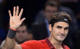 Roger Federer salue le public parisien après sa victoire contre Jérémy Chardy au Masters de Bercy, le 29 octobre 2014.