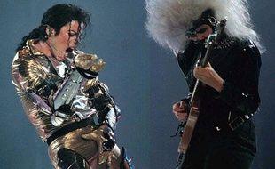 Le danseur  Danseur émérite, on doit à Michael Jackson d'avoir popularisé le fameux «moonwalk» et d'autres pas qui sont devenus sa signature. Son touché de parties génitales très viril fait également partie de la gestuelle incontournable du chanteur.
