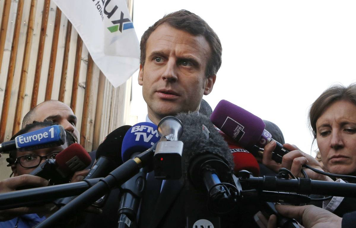 Emmanuel Macron réagit aux soupçons de favoritisme lors d'un déplacement à Mureaux (Yvelines) le 7 mars 2017.  – Michel Euler/AP/SIPA