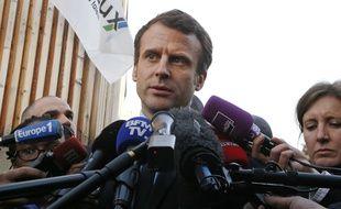 Emmanuel Macron réagit aux soupçons de favoritisme lors d'un déplacement à Mureaux (Yvelines) le 7 mars 2017.