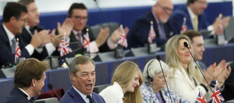 Des députés britanniques du Brexit Party affichent un Union Jack sur leur pupitre lors d'une session du parlement européen, le 22 octobre 2019.