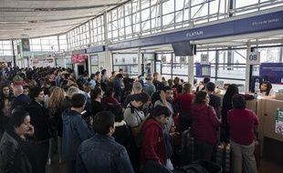Des centaines de passagers se sont retrouvés bloqués à l'aéroport de Santiago, au Chili, le 20 octobre 2019.