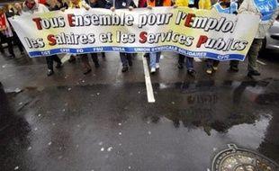 La manifestation dans les rues de Grenoble pour la défense du pouvoir d'achat des fonctionnaires et pour les retraites des cheminots a réuni mardi 7.500 personnes, selon la police et 15.000, selon les syndicats.