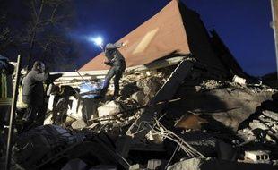 A la recherche de rescapés dans les rues d'Aquila, 60.000 habitants, en plein centre de l'Italie, épicentre du violent séisme du 6 avril 2009.