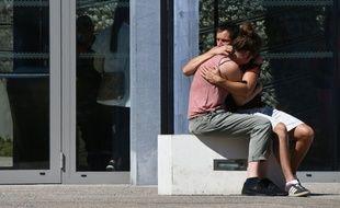Deux personnes s'étreignent devant l'hôpital Pasteur, le 16 juillet 2016 à Nice