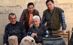 Mnatskan Mouradian (C) pose le 24 février 2015 avec sa famille dans le village de Pokr Vedi, au sud d'Erevan près du mont Ararat