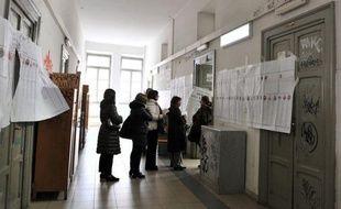 Les Italiens continuaient de voter lundi pour des élections nationales décisives qui devraient être marquées par une poussée du vote protestataire et font redouter une période d'ingouvernabilité pour la troisième économie de la zone euro.