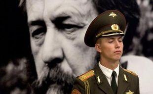 Un soldat monte la garde devant le cercueil d'Alexandre Soljenitsyne, exposé à l'académie des sciences de Moscou, le 5 août 2008. L'écrivain, prix Nobel de littérature, célèbre pour sa dénonciation du goulag, est décédé dimanche soir.