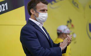 Emmanuel Macron a dénoncé lors de sa venue sur la 18e étape du Tour de France dans les Hautes-Pyrénées, le cynisme politique de certains qui parlent de dictature après les mesures sur l'extension du pass sanitaire.