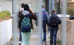 Illustration d'élèves arrivant au collège dans la périphérie de Rennes.