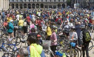 Grand rassemblement de cyclistes à Paris à l'occasion de la 13e édition de la Fête du vélo en 2009.