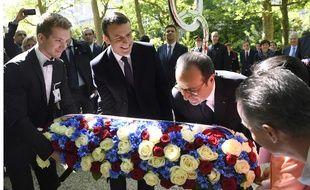 Emmanuel Macron et François Hollande déposent une gerbe en mémoire des victimes de l'esclavage au pied d'une stèle commémorative, au jardin du Luxembourg, mercredi 10 mai.