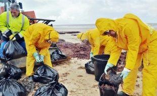 Depuis samedi, plus de dix tonnes de fioul ontété ramassées sur les plages de la région.