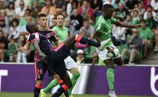 Frédéric Guilbert et Jean-Christophe Bahebeck à la lutte lors du match aller entre Saint-Etienne et les Girondins, disputé le 15 août 2015.