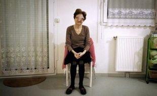 """Cette ancienne institutrice, mère de trois enfants, domiciliée à Plombières-les-Dijon (centre-est), souffre d'une """"esthesioneuroblastome"""", une tumeur évolutive des sinus et de la cavité nasale. Cette maladie très rare - 200 cas recensés dans le monde en 20 ans - est incurable et provoque une déformation irréversible du visage et des souffrances """"atroces"""", selon Mme Sébire"""