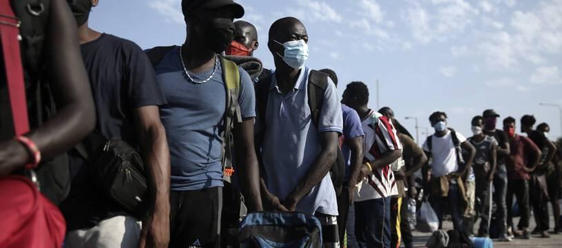 Une file de migrants et de migrantes à Lesbos.
