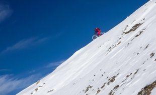 Alexis Righetti, et deux amateurs de VTT extrême, ont descendu les pentes enneigées du Pic du Midi.