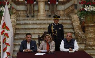 La présidente par interim de Bolivie, Jeanine Anez, le 28 novembre 2019 à La Paz avec des membres de son gouvernement.