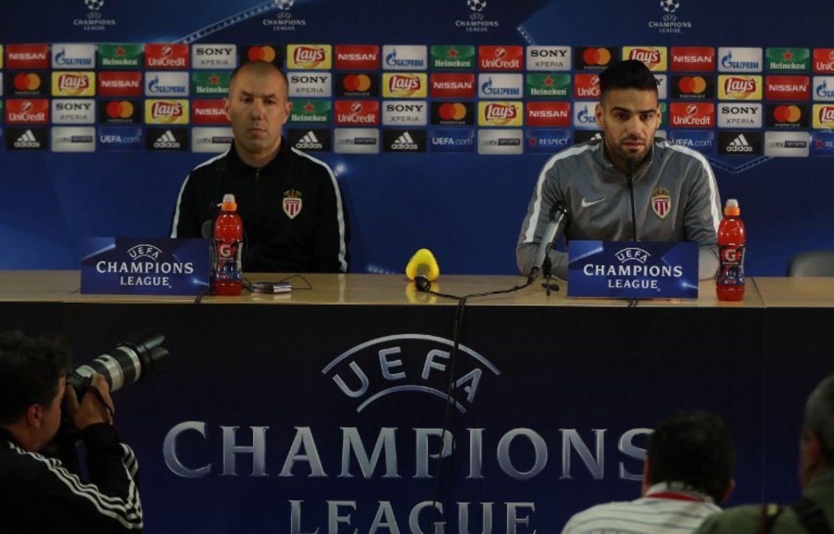 Leonardo Jardim et Radamel Falcao en conférence de presse à la veille du quart de finale retour entre Monaco et Dortmund, le 18 avril 2017 au Stade Louis-II.  – VALERY HACHE / AFP