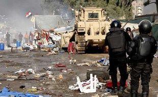 Des policiers égyptiens pendant l'opération de dispersion des pro-Morsi au Caire, le 14 août 2013.