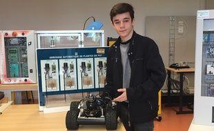 Jérémy, un élève du lycée professionnel Jacques-Prévert devant un robot, le 24/05/2018.