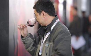 Un Chinois fait une dégustation de vin au salon du vin méditerranéen à Shanghai, le 27 février 2013