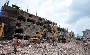 Les recherches se poursuivaient le 11 mai 2013 sous les décombres de l'usine textile effondrée le 24 avril au Bangladesh, près de Dacca.