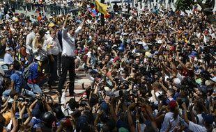 Juan Gaido (à gauche) et ses soutiens lors de la manifestation du 16 novembre à Caracas.