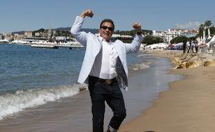 L'acteur Arnold Schwarzenegger sur la plage de Cannes