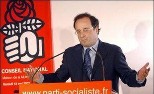 """Le premier secrétaire du PS, François Hollande, a annoncé vendredi à l'AFP que Bernard Kouchner n'était """"plus membre du parti socialiste"""", après sa nomination comme ministre des Affaires étrangères et européennes du gouvernement Fillon."""