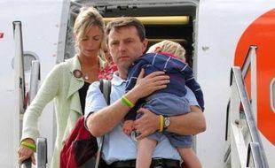 Quatre mois après la disparition au Portugal de leur fille Madeleine, dans laquelle ils nient farouchement toute implication, Kate et Gerry McCann sont rentrés dimanche en Grande-Bretagne, où ils entendent préparer leur défense.