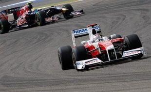Le pilote Toyota Jarno Trulli (à droite), lors des essais du Grand Prix de Bahrain, le 25 avril 2009.