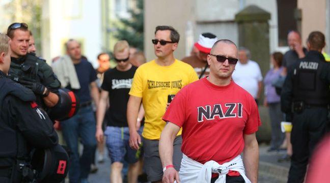 Allemagne: La foule scande un slogan nazi, la police interrompt le concert