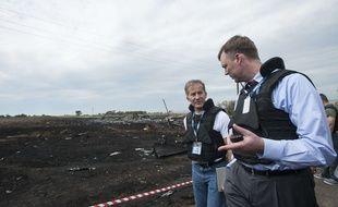 Des observateurs de l'OSCE sur le site du krach du vol MH17 en Ukraine, samedi 19 juillet 2014.