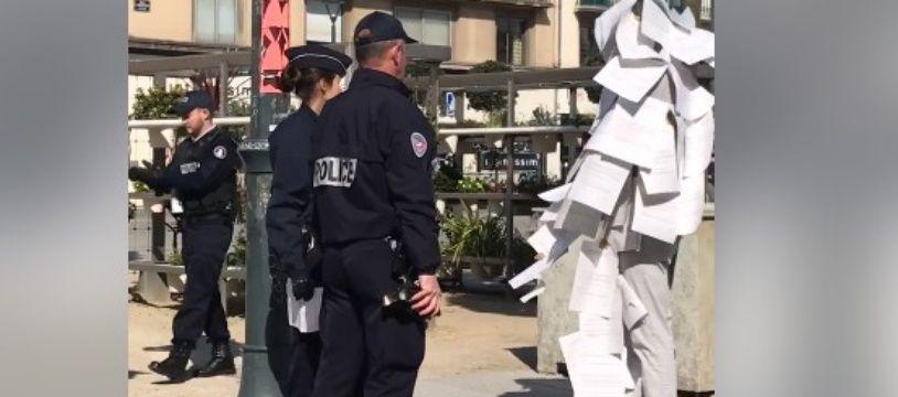 L'artiste à l'étrange costume a eu le droit à un contrôle de la police dans les rues de Rennes le 23 mars.