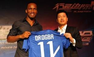 Le milliardaire Zhu Jun, président et mécène de Shanghai Shenhua qui a recruté Didier Drogba et Nicolas Anelka, a donné deux semaines à ses partenaires au sein du club de football chinois pour honorer leurs engagements, sous peine de revoir à la baisse sa contribution.