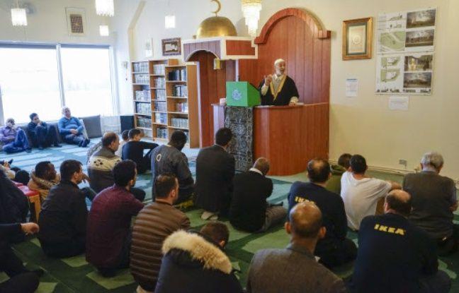 L'iman de Reykjavík Salmann Tamimi lors de l'un ses prêches hebdomadaires devant les fidèles musulmans.