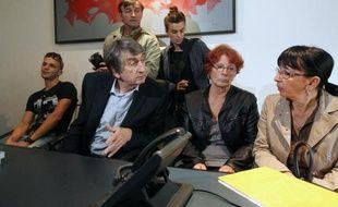 Me Etienne Nicolau entouré de Mohamed Chaib, le frère de Moktaria Chaib, Conception Gonzalez, la mère de Marie-Helene Gonzales, et Marie-José Garcia la mère de Tatiana Andujar, lors d'une conférence de presse le 15 octobre 2014 à Perpignan
