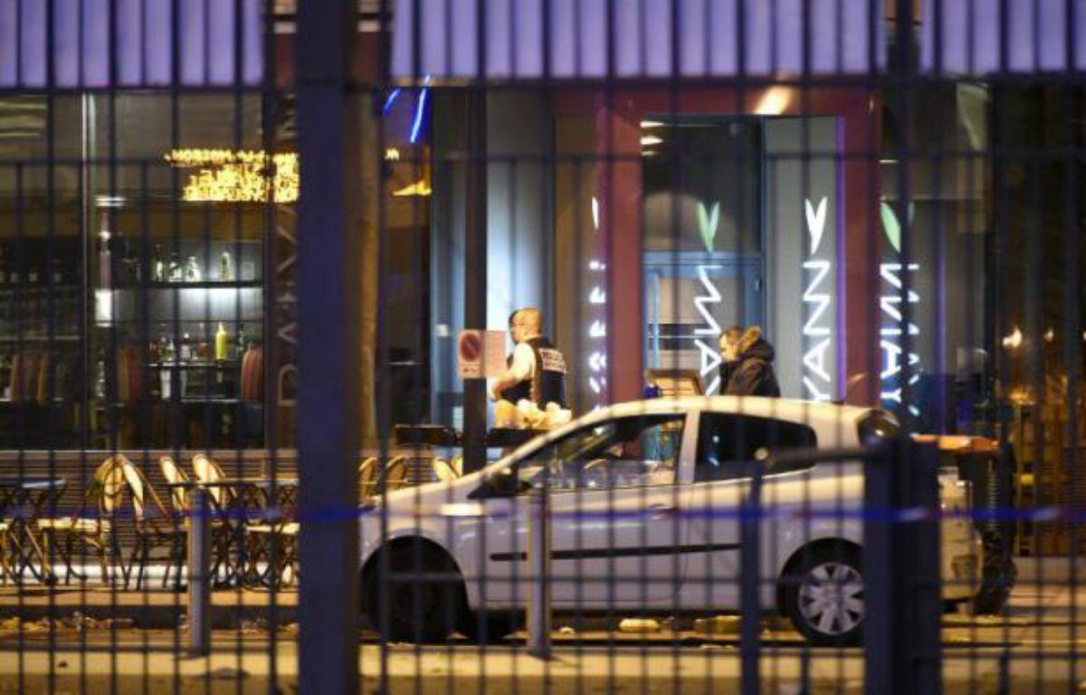 Des policiers sur les lieux de l'attentat aux abords du stade de France à Saint-Denis, le 14 novembre 2015 – FRANCK FIFE AFP