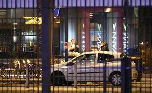 Des policiers sur les lieux de l'attentat aux abords du stade de France à Saint-Denis, le 14 novembre 2015