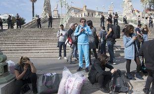 Des passagers et des passants devant la gare Saint-Charles après l'attaque qui a fait deux morts à Marseille, le 1er octobre 2017.