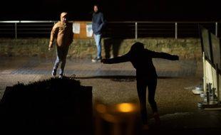 Des personnes marchent dans le vent lors du passage de la tempête Alex, ici à Quiberon, dans le Morbihan.