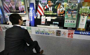 Un homme regarde Barack Obama à la télévision, dans un magasin de Tokyo au Japon, le 2 décembre 2009